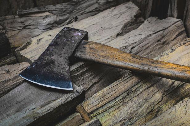 """Atak """"ostrym narzędziem"""" w Sobieniach Jeziorach (zdj. ilustracyjne) Shutterstock"""
