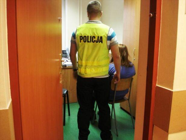 Policjant wykonujący czynności z zatrzymaną  ksp