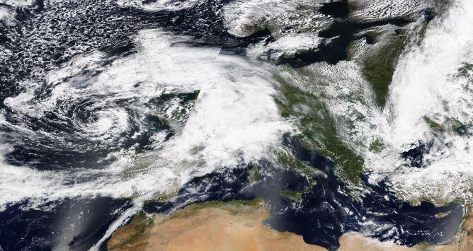 Zdjęcie satelitarne Europy z 8 maja (NASA Worldview)