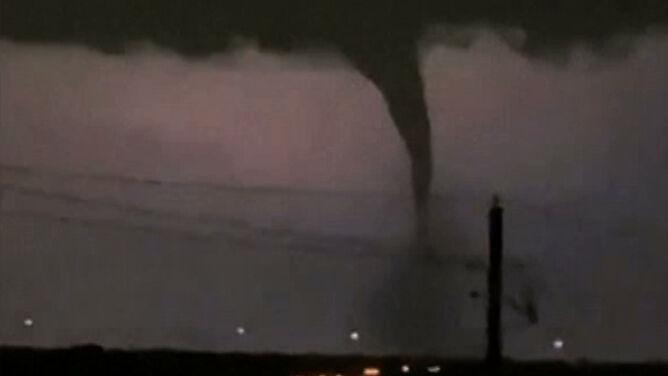 """Potężne tornado w świetle błyskawic. """"Przeszło przez dość gęsto zaludnioną część miasta"""""""