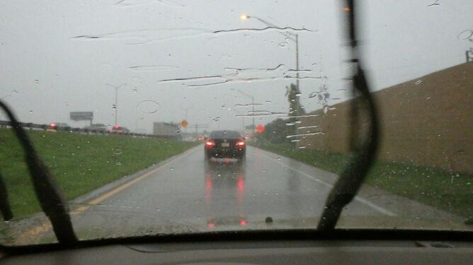 Podróże utrudnią opady i wiatr